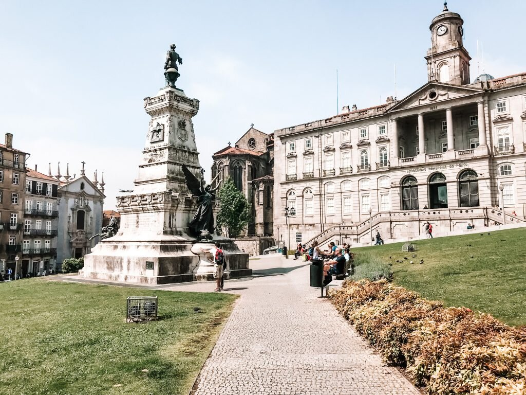 Pomnik Henryka Żeglarza i budynek Palacio da Bolsa