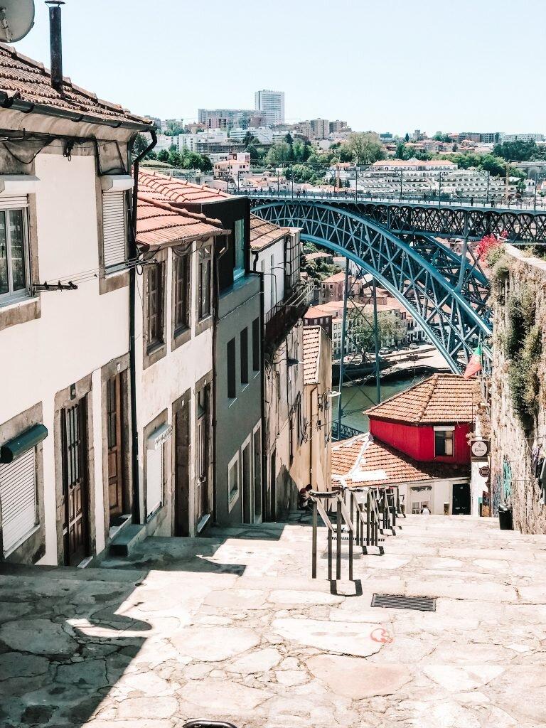 Schody prowadzące do Ponte Dom Luis I