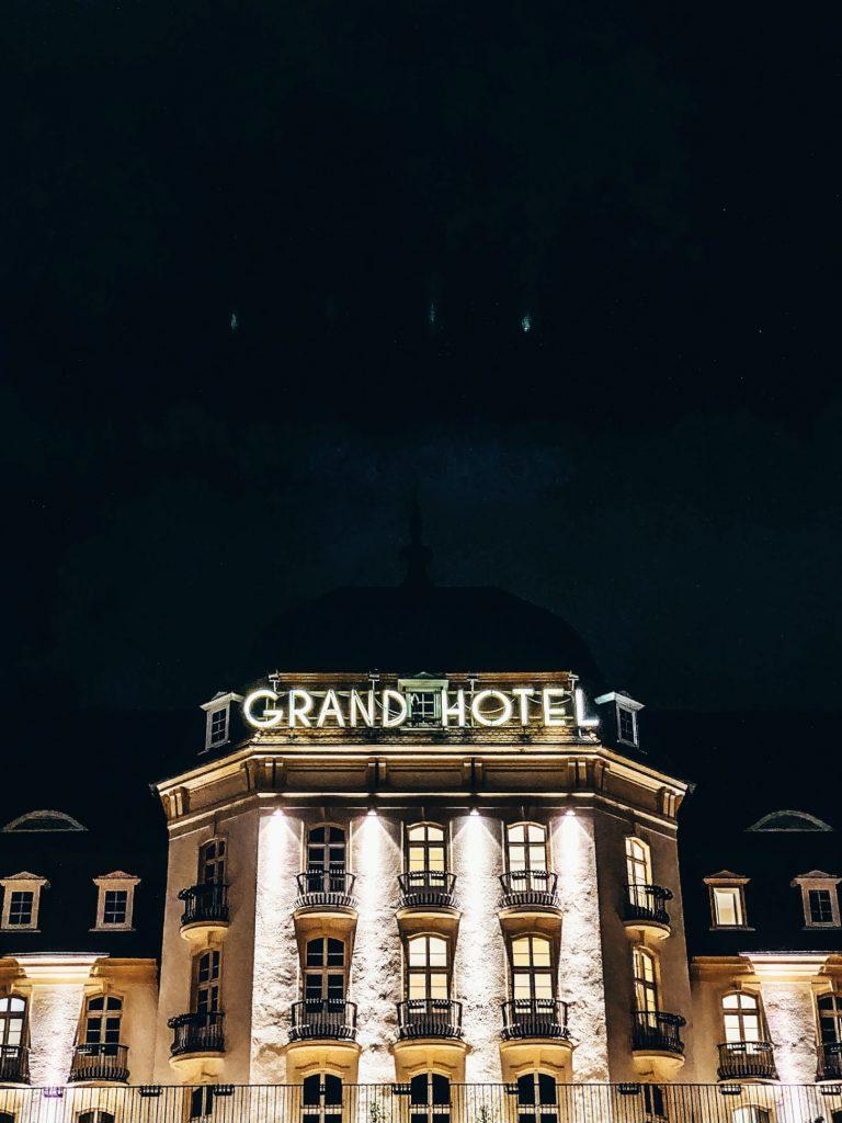 Grand Hotel nocą