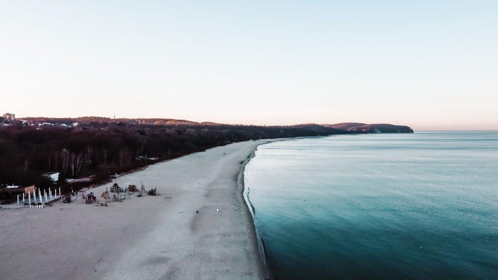 Plaża w Sopocie - widok na Gdynię z drona