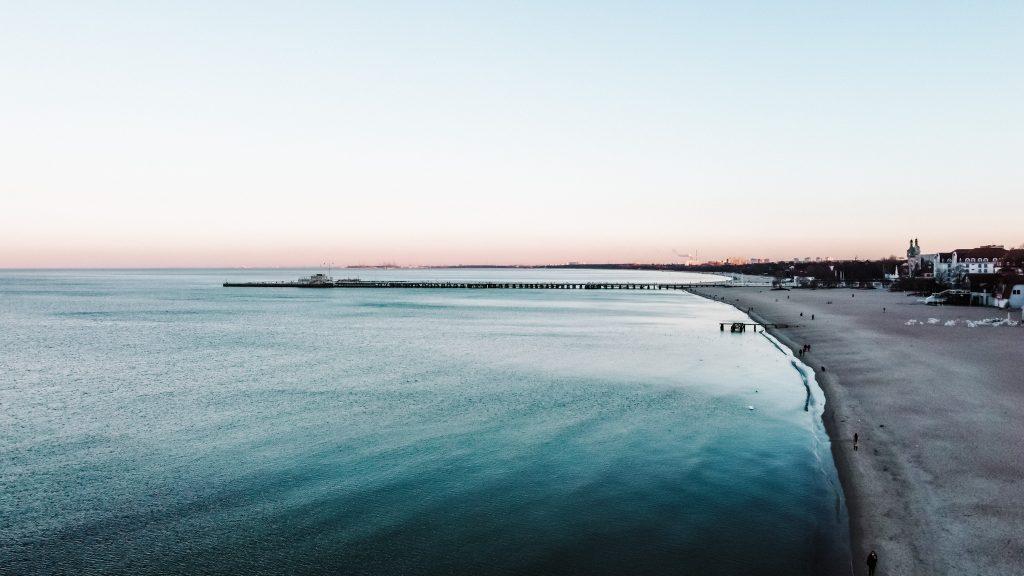 Plaża w Sopocie - widok na miasto z drona