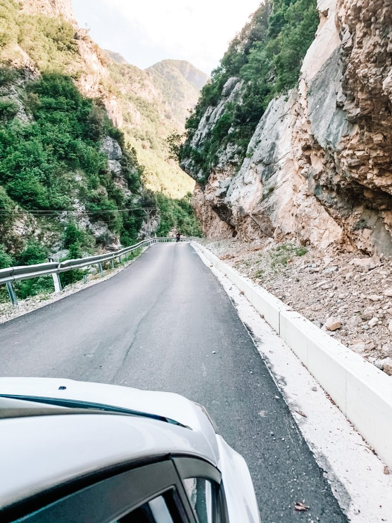 Droga na jezioro Bovilla