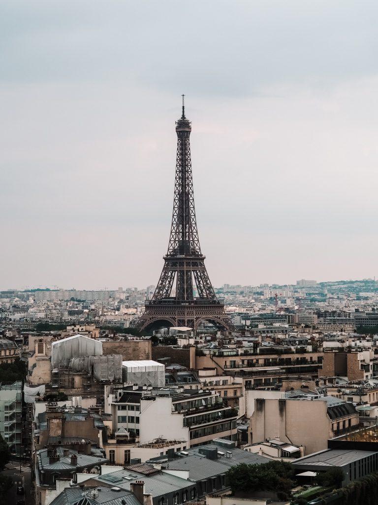 Widok z Łuku na Wieżę Eiffla